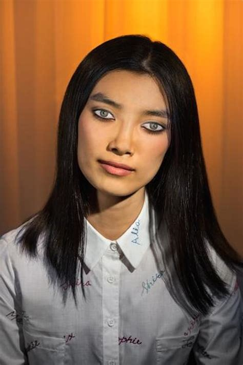 Incredibly Realistic Makeup On Eyelids Create Illusion Of